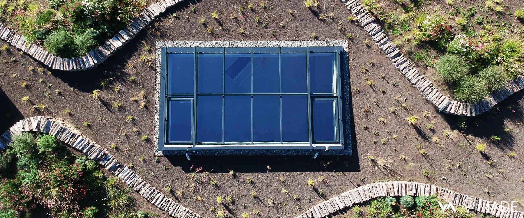 Toiture végétalisé du bâtiment Luigia du site The hive à Meyrin vue du ciel, drone, par le bureau VIMADE Architectes paysagistes Genève.