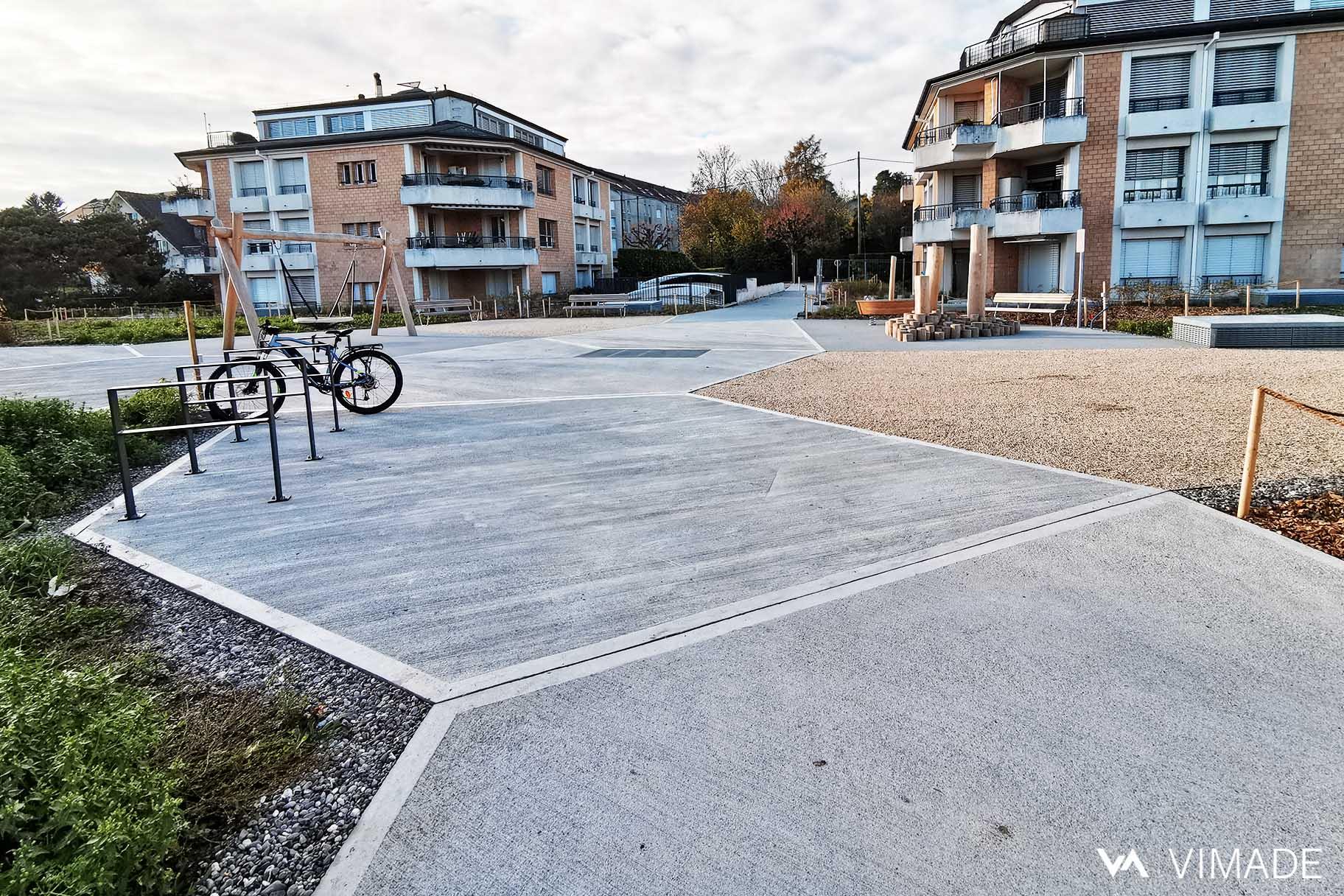 Cheminement béton balayé, ligne brisée avec stationnement vélo et plantation de vivaces, VIMADE Architectes paysagistes