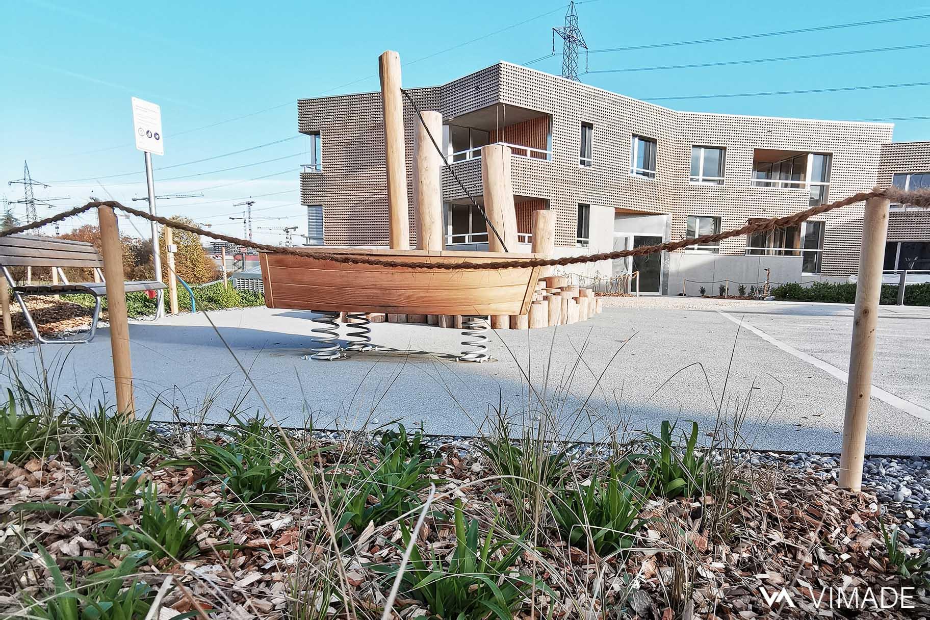 Place de jeux bois dans aménagement paysager avec plantation de vivaces et graminées, VIMADE Architectes paysagistes